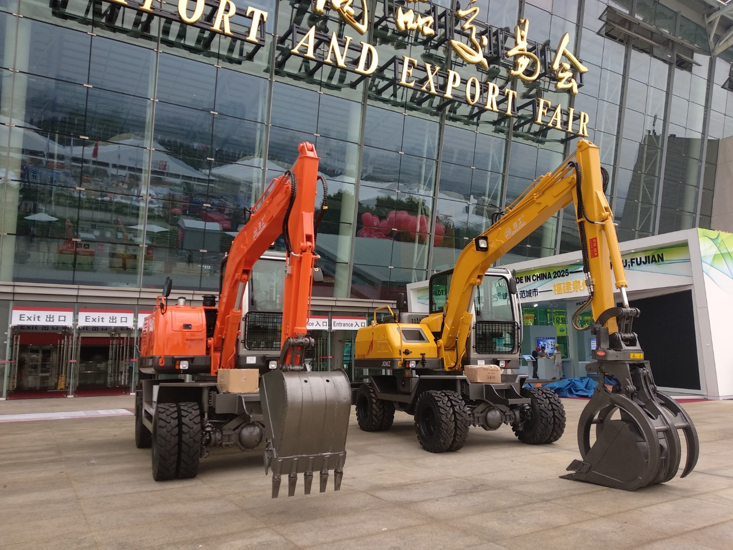 Prototype excavator of JingGong hydraulic manufacturer attends the 123th Canton Fair in 2018